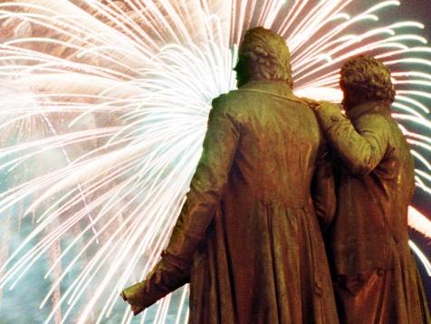 Goethe und Schiller vor dem Weimarer Nationaltheater